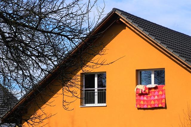 Aïllament tèrmic i tècnicament dels millors per a la seva façana SATE Aïllament tèrmic per l'exterior a façanes Hi ha diverses formes d'aïllar tèrmicament un edifici: per l'interior, per l'exterior o omplint la càmera d'aire amb escuma o similar. D'aquestes tes opcions, la més aconsellable és la d'aïllar per l'exterior. Al ser exterior, ni el forjat ni les parets tallen la continuïtat de l'aïllament. Com és continu, evita ponts tèrmics per on s'escapi la calor o el fred. Per aquesta raó, a Paviser Reformes ens hem especialitzat en l'aïllament de weber.therm que, amb molt poc espessor, aïllem per l'exterior amb un acabat mineral en el qual es pot escollir el color entre una gran varietat. Revestiments que eliminen la contaminació ambiental ¿Has sentit a parlar dels materials foto catalítics? Consisteixen en material que transformen la contaminació ambiental de l'aire en substàncies neutres, reduint així la contaminació ambiental. És el cas del morter catalític que utilitzem: És un material idoni per a façanes, ja que és transpirable Es pot utilitzar per als sistemes SATE (aïllar la façana per l'exterior). L'efecte foto catalític contribueix a la neteja de la façana. Redueix el manteniment Neteja l'aire Protegeix la façana de la proliferació de microorganismes. Impermeable